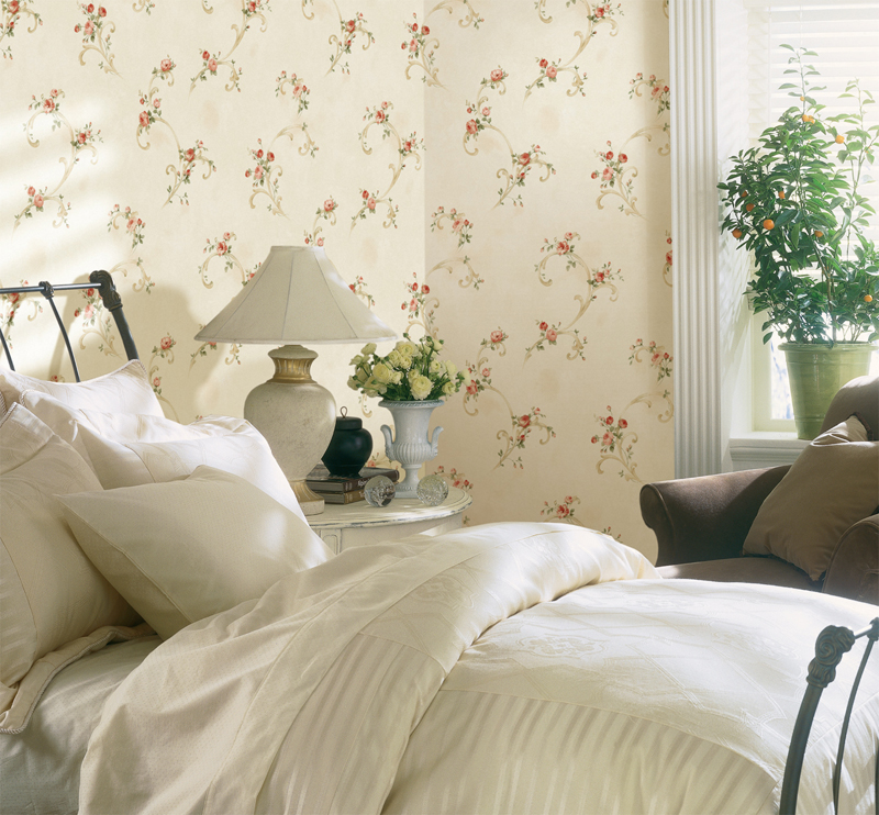 A country chic decor idea with floral wallpaper and plants in decor
